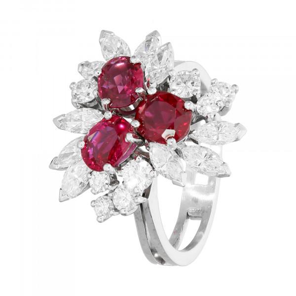 Ring 750 Weißgold mit Rubin, Navette Diamant und Brillanten